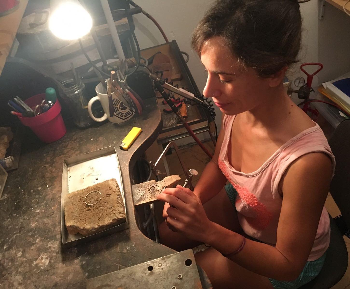 Míriam Penyas en su taller de joyería. SURGERE MAGAZINE